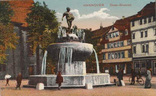 Duve-Brunnen. Ansichtskarte in farbigem Lichtdruck. Ungelaufen.: Hannover -