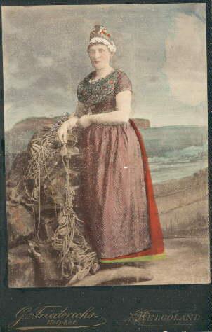 Helgoländerin in Tracht. Kolorierte Original-Photographie.: Helgoland -