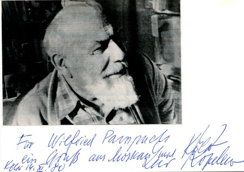 Albumkarte, DINA6, m. montiertem Foto (Repro). Handschriftl.: Kopelew Lew (1912-1997)