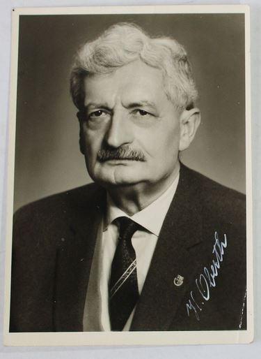 Schwarz-weiss-Portrait H.Oberth mit Unterschrift.: Oberth, Hermann.