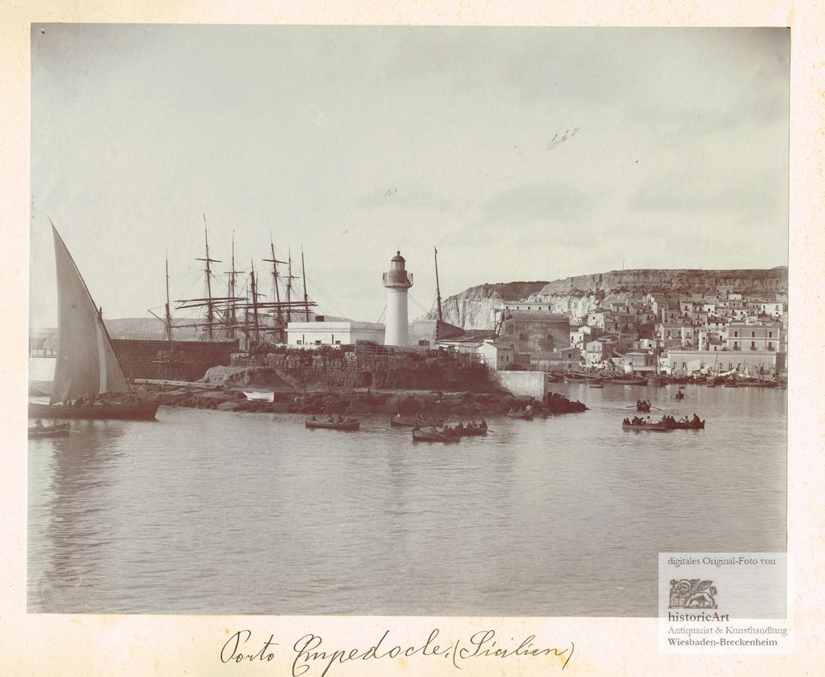 Porto Empedocle auf Sizilien. Ansicht des Hafens von Empedocle mit vielen  Segelschiffen und Fischerbooten bei der auf Resten antiker Tempel erbauten  Mole mit Leuchtturm. Historische Photographie mit Großformat-Kamera um 1880  von Anonymus: (