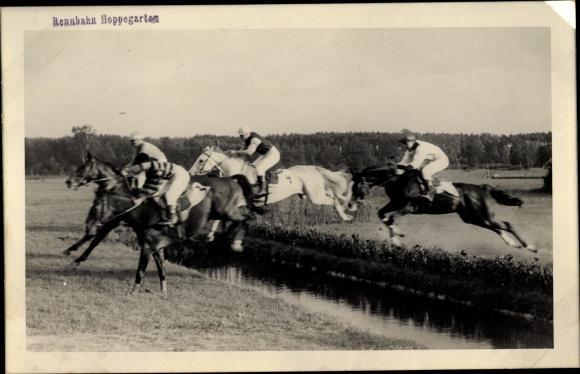 Foto Ansichtskarte / Postkarte Rennpferde, Jockeys, Sprung