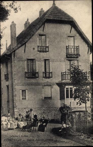 Ansichtskarte / Postkarte Courtenay Loiret, Maison Aristide