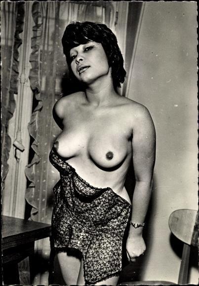 Dunkelhäutige nackte Dunkelhäutiger Frau