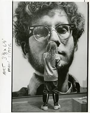 "Child views Chuck Close's ""Frank"" at the Minneapolis Institute of Arts (Original press photograph)"
