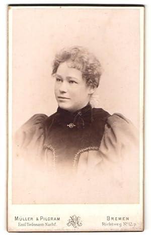 Bild des Verkäufers für Fotografie Müller, Pilgram, Bremen, Portrait einer jungen Frau mit Brosche zum Verkauf von Bartko-Reher