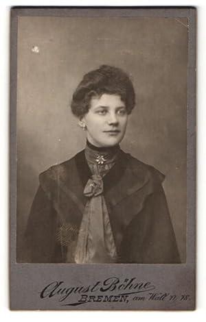 Bild des Verkäufers für Fotografie August Böhne, Bremen, Portrait einer jungen Frau mit Brosche zum Verkauf von Bartko-Reher
