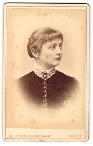 Bild des Verkäufers für Fotografie Emil Tiedemann, Bremen, Portrait einer jungen Dame mit Pony in Samtoberteil zum Verkauf von Bartko-Reher