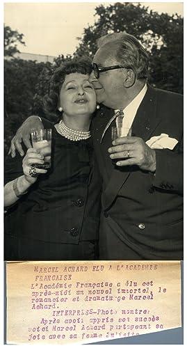 Marcel Achard partage avec sa femme la: Photographie originale /