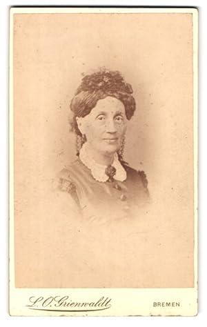 Bild des Verkäufers für Fotografie L.O. Grienwaldt, Bremen, Portrait einer älteren Dame mit schönem Kopfputz zum Verkauf von Bartko-Reher