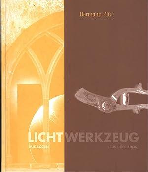 Bild des Verkäufers für Licht aus Bozen, Werkzeug aus Düsseldorf. Katalog der Ausstellung,im Zeppelin-Museum Friedrichshafen 2003-2004., zum Verkauf von Antiquariat Kastanienhof