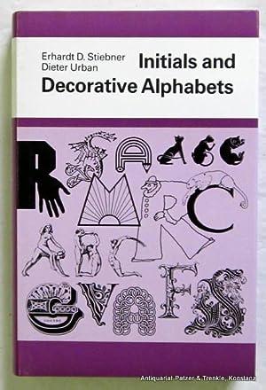 Bild des Verkäufers für Initials and Decorative Alphabets. Poole, Blandford Press, 1985. Durchgängig illustriert. 335 S. Or.-Pp. mit Schutzumschlag. (ISBN 0713716401). zum Verkauf von Jürgen Patzer