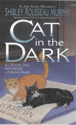 9780061059476: Cat in the Dark: A Joe Grey Mystery (Joe Grey Mystery Series)