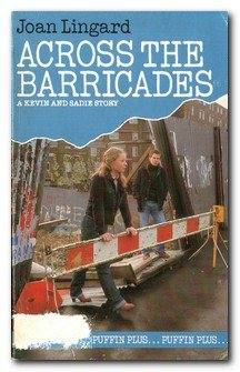 9780140306378: Across the Barricades (Puffin Books)