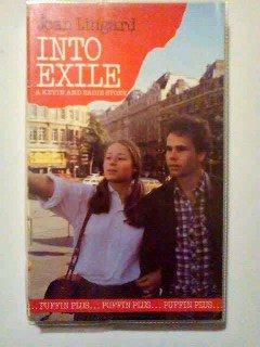 9780140307023: Into Exile (Puffin Books)