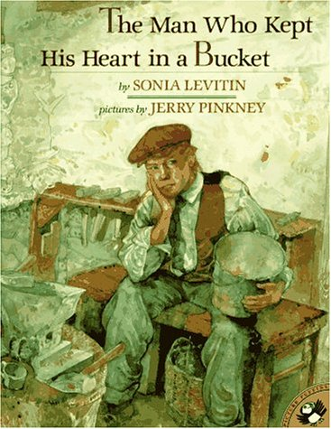 9780140554618: The Man Who Kept His Heart in a Bucket (Picture Puffins)