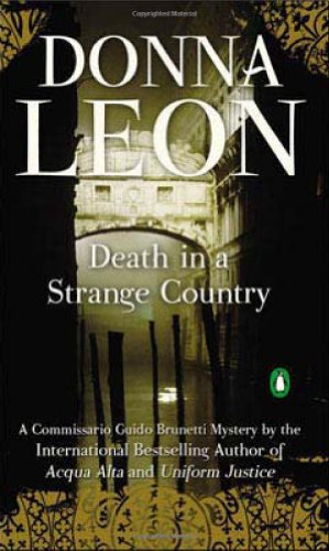 9780143115885: Death in a Strange Country (Commissario Guido Brunetti Mysteries)