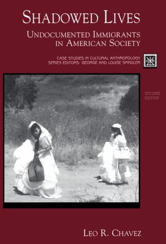 9780155080898: Shadowed Lives: Undocumented Immigrants in American Society (Case Studies in Cultural Anthropology)