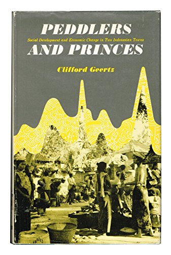 9780226285139: Peddlers and Princes: Social Development and Economic Change in Two Indonesian Towns
