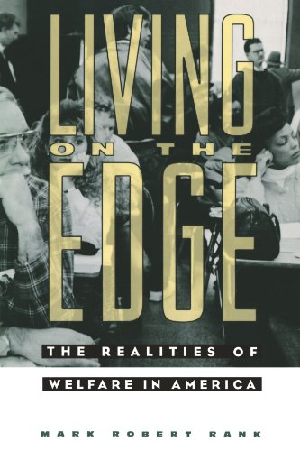 9780231084253: Living on the Edge: The Realities of Welfare in America