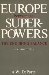 9780300037586: Europe Between the Superpowers: The Enduring Balance, Second edition (A Council on Foreign Relations Book Seri)