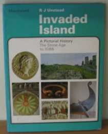 9780356037509: Invaded island,: A pictorial history: the Stone Age to 1086