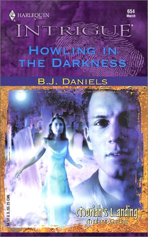 9780373226542: Howling in the Darkness (Intrigue)