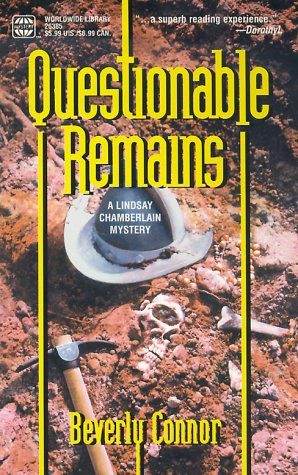Questionable Remains: A Lindsay Chamberlain Mystery: Beverly Connor