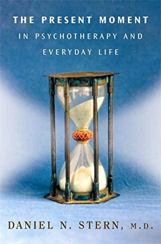 9780393704297: The Present Moment in Psychotherapy and Everyday Life (Norton Series on Interpersonal Neurobiology)