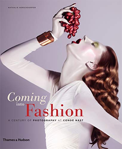 9780500544174: Coming into Fashion: A Century of Photography at Condé Nast