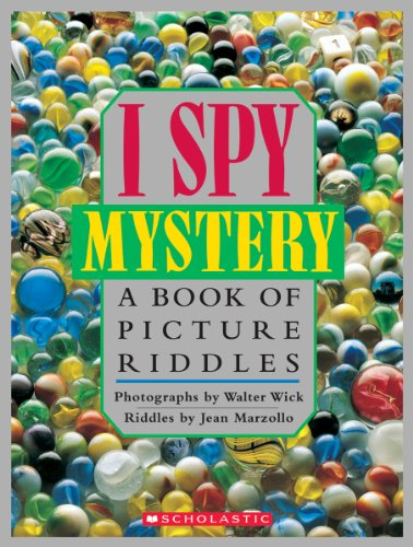 9780590462945: A Book of Picture Riddles (I Spy)