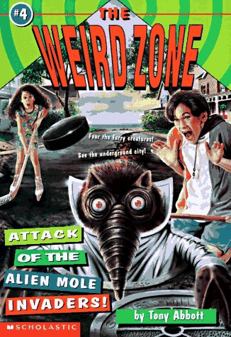 9780590674362: Attack Of The Alien Mole Invaders! (The Weird Zone)