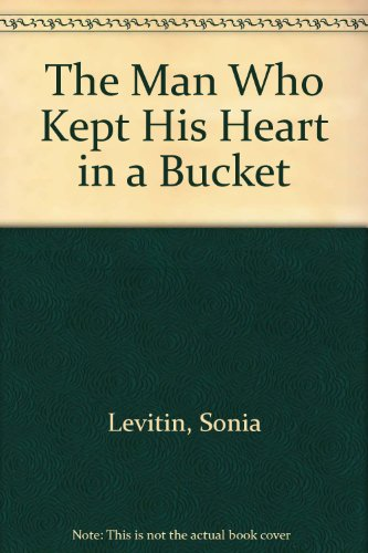 9780606078375: The Man Who Kept His Heart in a Bucket (Puffin Pied Piper)