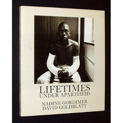 9780670812868: Lifetimes Under Apartheid