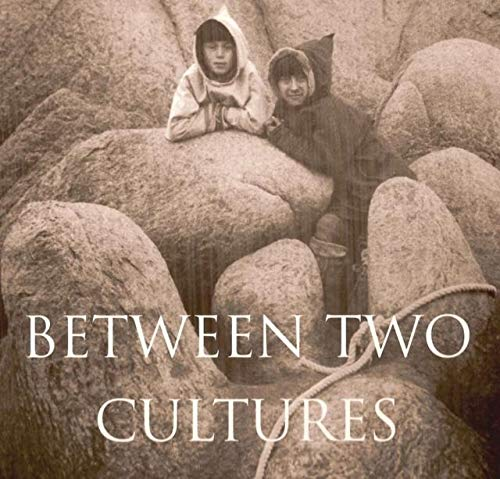9780670852437: Between Two Cultures - A Photographer Among the Inuit
