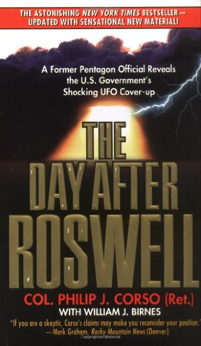 9780671017569: The Day After Roswell: A Former Pentagon Official Reveals the U.S. Government's Shocking UFO Cover-up