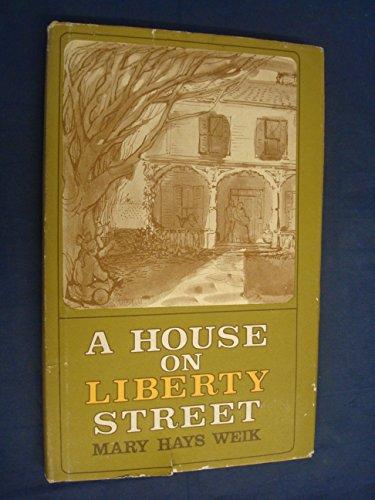 9780689300981: A House on Liberty Street