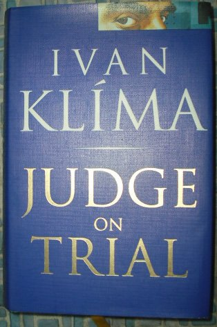 9780701133498: Judge on Trial