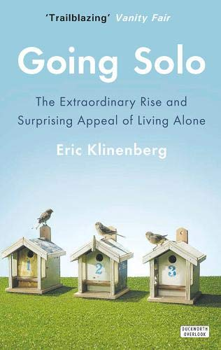 9780715645123: Going Solo: The Extraordinary Rise and Surprising Appeal of Living Alone