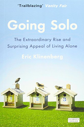 9780715645345: Going Solo: The Extraordinary Rise and Surprising Appeal of Living Alone