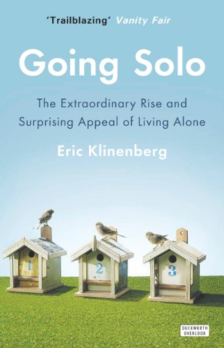 9780715647356: Going Solo: The Extraordinary Rise and Surprising Appeal of Living Alone