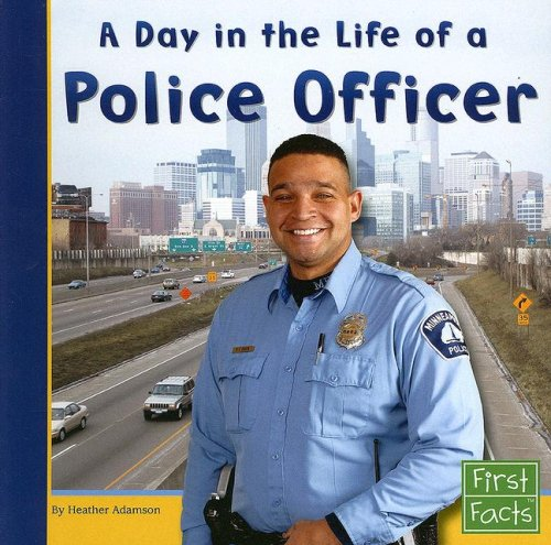 9780736846707: A Day in the Life of a Police Officer (Community Helpers at Work)