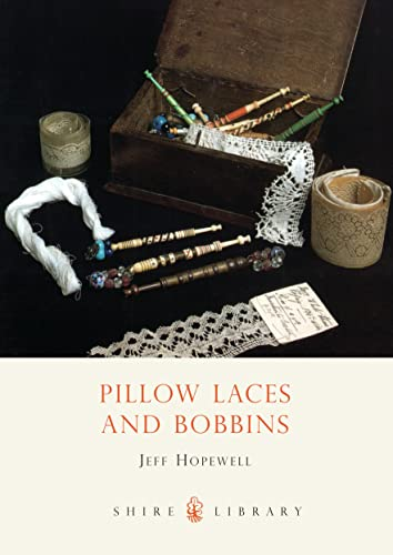9780747804000: Pillow Lace and Bobbins (Shire Library)