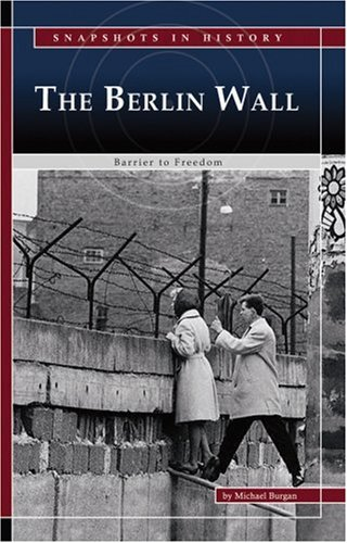 9780756533304: The Berlin Wall: Barrier to Freedom (Snapshots in History)