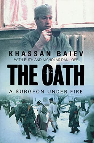 9780802714046: The Oath: A Surgeon Under Fire