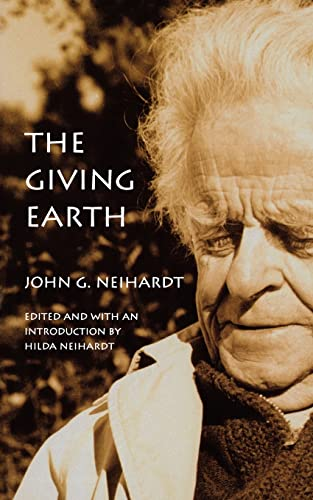 9780803283732: The Giving Earth: A John G. Neihardt Reader