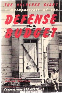 9780805203738: Helpless Giant: Metaportrait of the Defence Budget