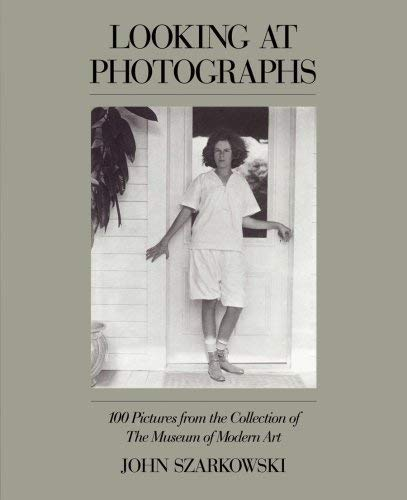 9780810960459: Looking at Photographs: 100 Pictures from the Collection of the Museum of Modern Art