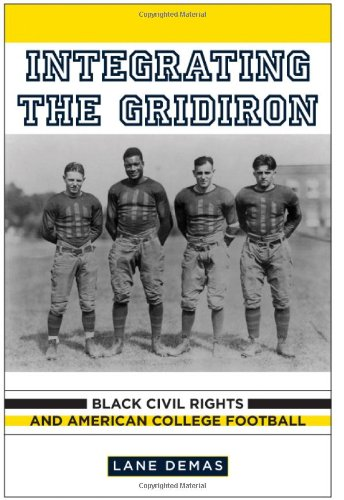 9780813547411: Integrating the Gridiron: Black Civil Rights and American College Football