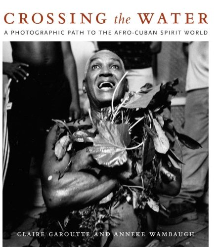 9780822340393: Crossing the Water: A Photographic Path to the Afro-Cuban Spirit World